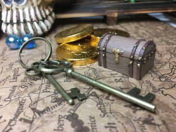 宝箱ミニチュアと古い鍵
