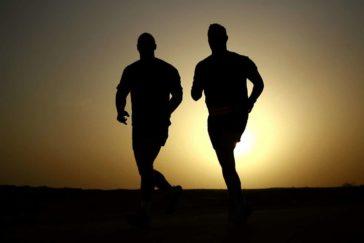 夕日の中の伴走シルエット